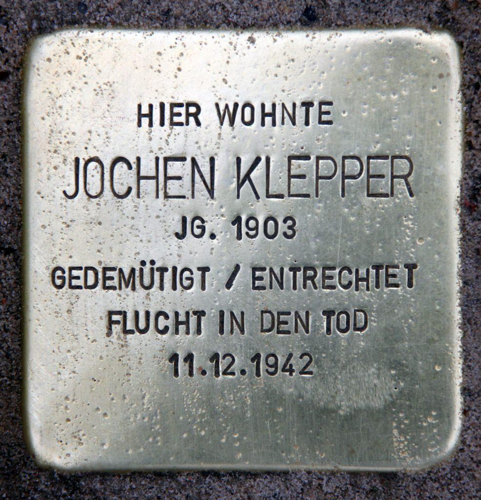 """Stolperstein von Jochen KLepper, dem Autor von """"Die Nacht ist vorgedrungen"""" - Beschriftung: """"Hier wohnte Jochen Klepper Jg 1903 gedemütigt / entrechtet Flucht in den Tod 11.12.1942"""""""